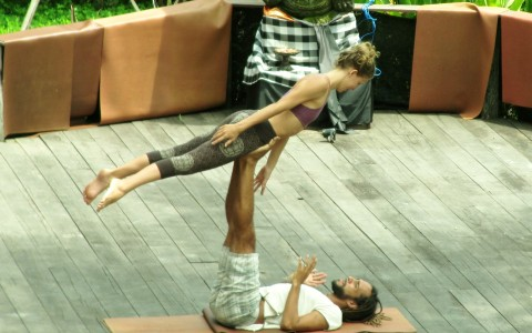 Connecting Through Acroyoga: 5 Reasons to Try It (+ Videos)